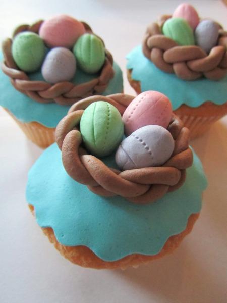 Pasen cupcakes met paaseitjes